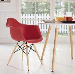 Cadeira Charles Eames Eiffel com braços e base em madeira natural