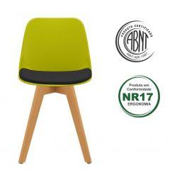 Cadeira Quick com estofado e base em madeira